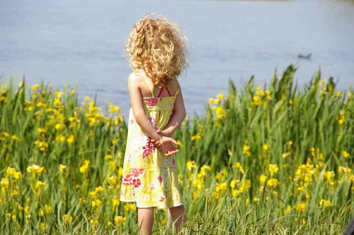 kind meisje gele lis