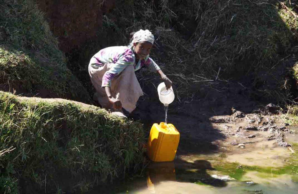 kind meisje water halen jerrycan Ethiopië