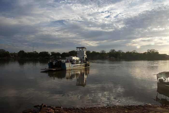 Gambia veerpont rivier Mac Carthy Island Georgetown Janjanbureh