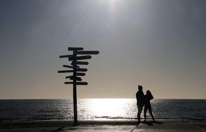 Texel zee strand richtingbord paartje